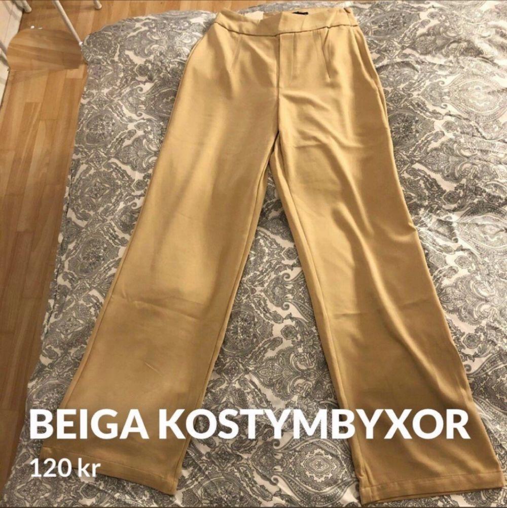 Säljer ett par beiga kostymbyxor i storlek 36  Aldrig använda,prislappar finns kvar  Inköpta för 299kr, säljes för 120kr. Jeans & Byxor.