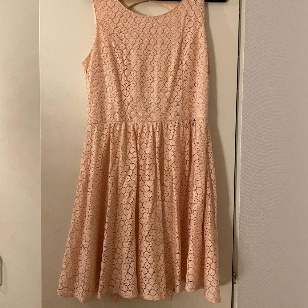 En jättesöt ljusrosa klänning som jag använt en gång på ett bröllop, Storlek 40. Väldigt bra skick inga fläckar eller skador. . Klänningar.