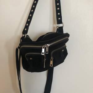 Säljer denna svarta sammets nunoo väska då den ej kommer till användning längre. Använd en del men den är i bra skicka, inga defekter eller linkade! Köpt för 1200 kr! Hör av er vid frågor eller fler bilder!💖💖