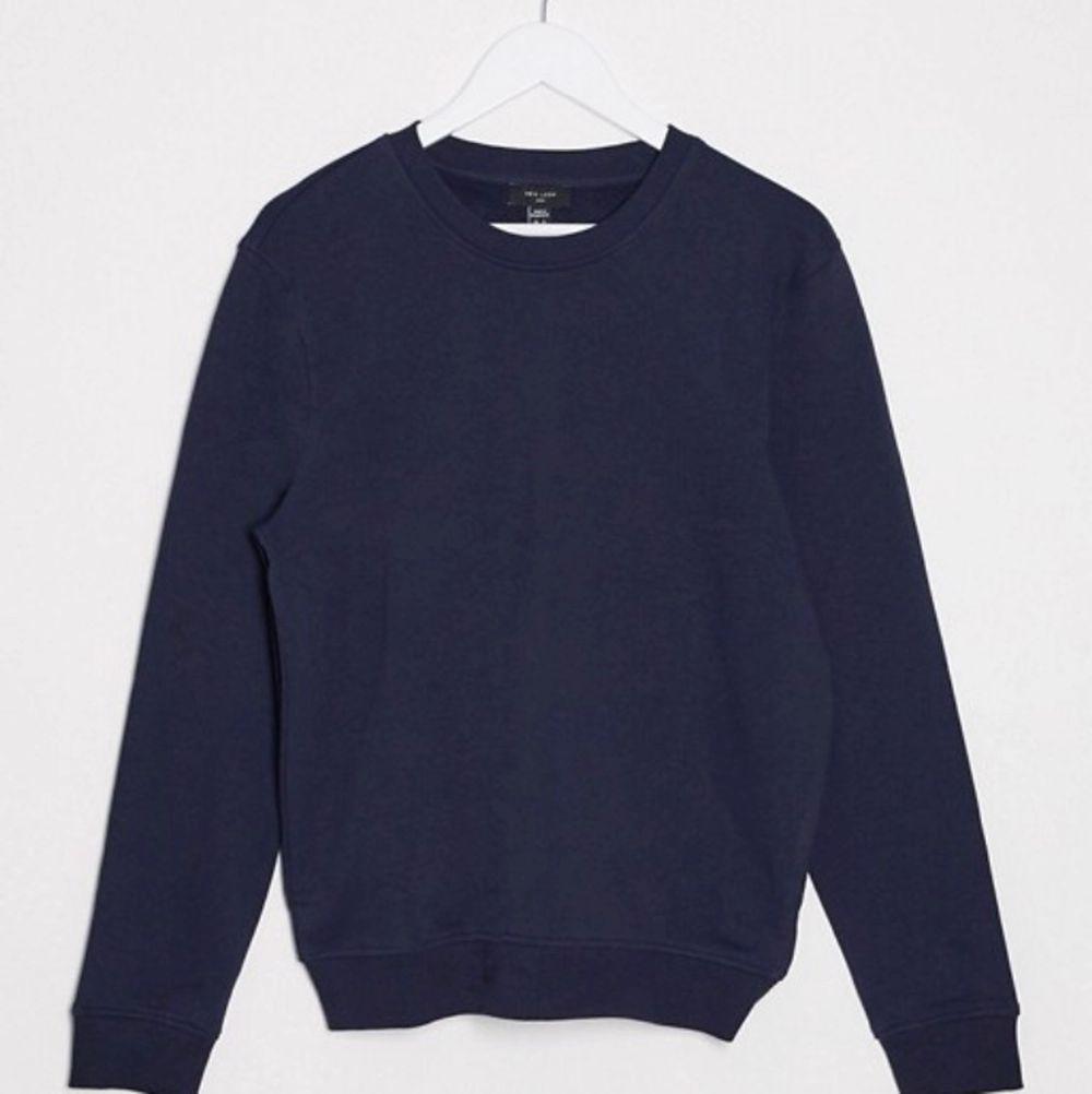 en mörkblå sweatshirt köpt på asos från killavdelningen💓 är i en storlek xs men skulle säga att den är mer som en oversized S. Huvtröjor & Träningströjor.