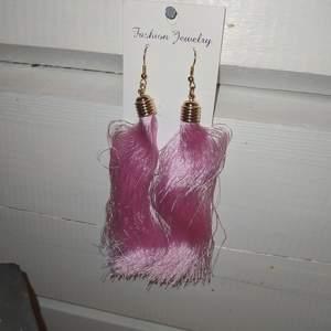 Stora rosa tazzles,ej äkta material på själva örhängesdelen bara guldfärgad. OANVÄNDA. frakt tillkommer på 11 kr.
