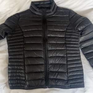 En jacka som knappt används av mig. Lager-jacka. Köpt för typ 1200kr . Säljer för använder ej. Tajt passform. Storlek small.