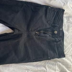 Jag säljer ett par svarta jeans ifrån Gina tricot. I den populära modellen Molly. Dessa jeansen är så sköna och extremt stretchiga. Använda få gånger pågrund av att dom är för stora. Storlek M men passar både större och mindre❤️