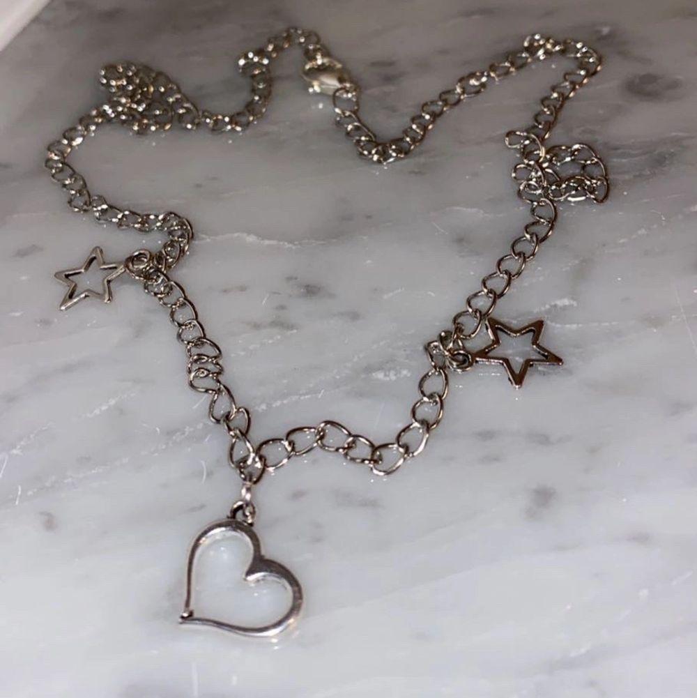 Ett jättefint halsband som passar perfekt till alla hjärtans dag!🌸 meddela för mer info, fler bilder eller intresse!❤️. Accessoarer.