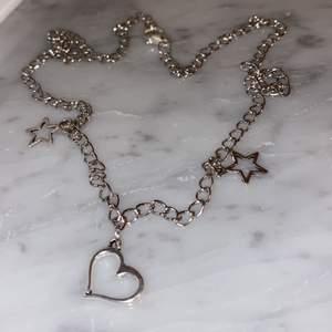 Ett jättefint halsband som passar perfekt till alla hjärtans dag!🌸 meddela för mer info, fler bilder eller intresse!❤️