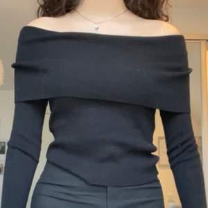 Säljer min svarta offshoulder tröja, använt den 3 gånger sen fick jag ingen mer användning av den så den är i nyskick, storlek S.