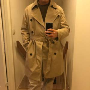 Snygg trench coat med snyggt ringspänne. Sitter snyggt på XS-M.
