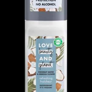 Öppnad Love Beauty and Planets Refreshing Deodorant Coconut Water & Mimosa Flower, en vegansk roll-on med kokosvatten. Ger en god doft och hjälper till att hålla huden återfuktad. Love Beauty and Planets Refreshing roll-on innehåller doftextrakt från mimosablomman som hjälper till att hålla dig fräsch hela dagen. Förpackningen är gjord av 100% återvunnen plast.