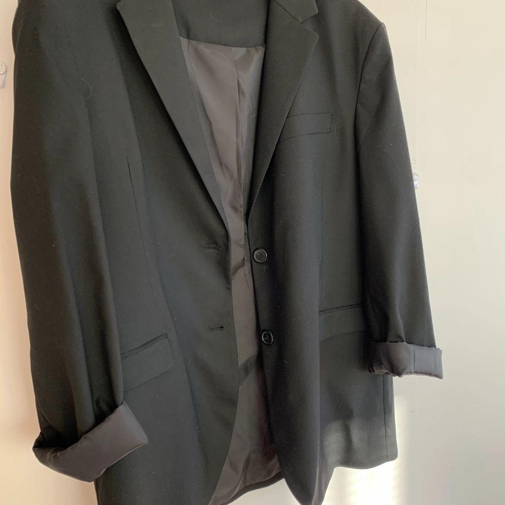 Supersnygg oversized blazer från monki i storlek L. Säljer då den tyvärr är för stor för mig och jag därmed inte får användning av den!💞 Kan skickas om köparen står för frakt på 66kr🥰. Kostymer.