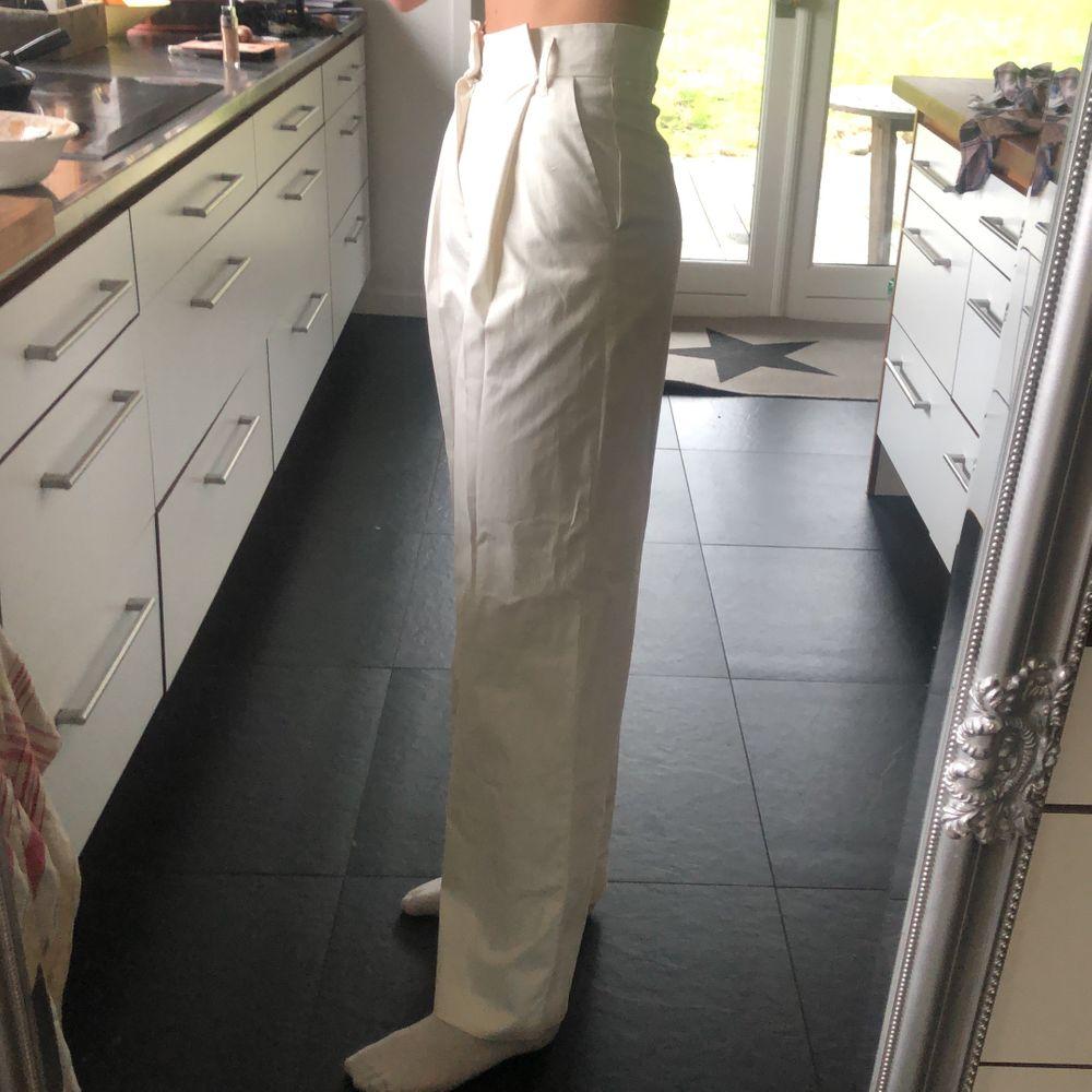 Säljer mina raka gräddvita byxor från Zara. Säljer pga att dom är för korta på mig som är 177... Köptes förra veckan o perfekta till sommaren! (Aldrig använda) stl XS men så stretchiga så skulle säga S/M! Köparen står för frakten!. Jeans & Byxor.