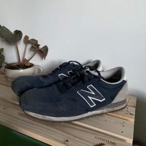 New Balace Sneakers. Lätta sneakers i marinblått knappt använda. Storlek 39 fast modellen är ganska liten och passar därför 38. Jag kan mötas upp i Göteborg eller eller frakta (65kr)💕💕