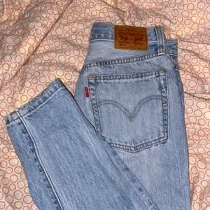Ripped Levi's 501, storlek S. Säljes då de aldrig används. Är 154 cm, men har fått vika så de passar kanske 160? Om fler är intresserade blir det budgivning! Köparen betalar frakt (66 kr).