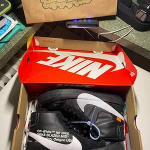 Tjena tjena säljer ett par Nike Blazers x Off white Condition: 7/10 använt noga, en flaws. Bara skicka DM till mig så löser jag alla bilder,info & detalj osv.Peace 🙏🏾🖤