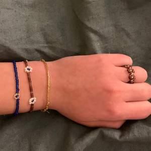 Gör egna armband, halsband och ringar, går att välja egna kombinationer och mönster helt själv. Skriv till mig så skickar jag bilder på mina pärlor:)   Ringar kostar 20kr, armband 30kr och halsband 45kr frakten ligger på 11 kr oavsätt💕🥰