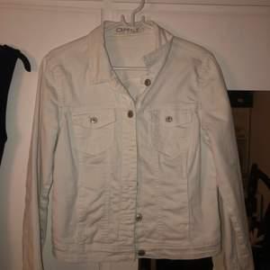 En vit jeansjacka från märket only. Det är strl 40 och jeans materialet är stretchigt. Jackan är använd 2 gånger så alltså i mycket bra skick. Nypris är 500kr, mitt pris är 200kr. Skickas bara. OBS! Köparen står för frakt!