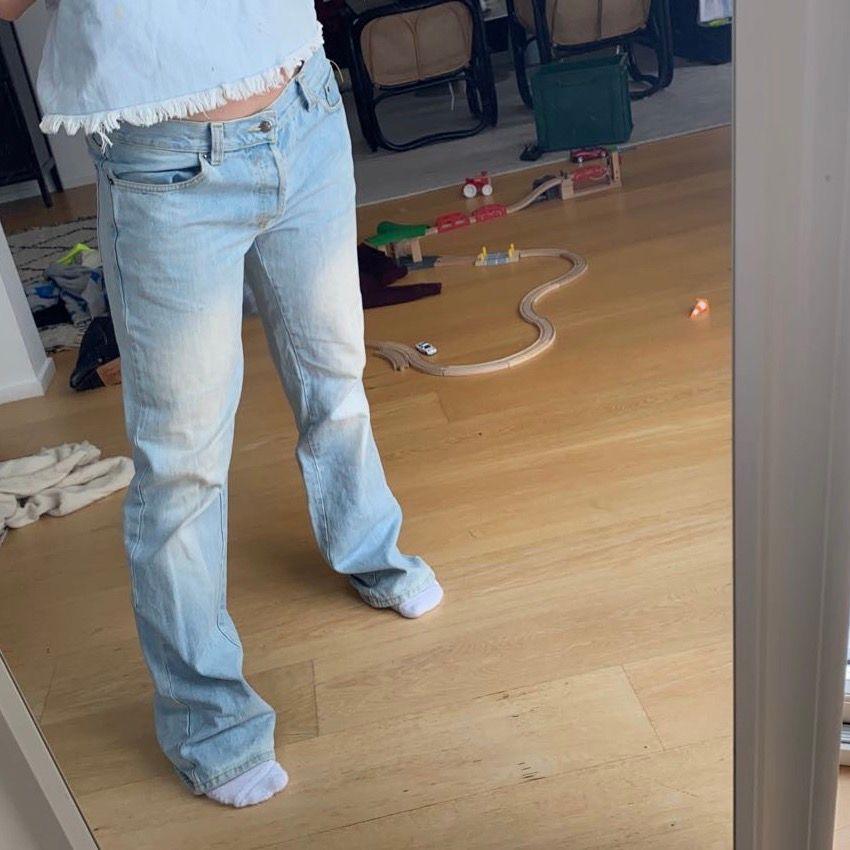 Säljer mina förstora jeans från streetwear! Passar mig som är 167 men är nog bättre för lite längre personer. Är en 38 men dem är för stora för mig.   BUDA I KOMMENTARERNA , avslutar på sön 11:00. Jeans & Byxor.