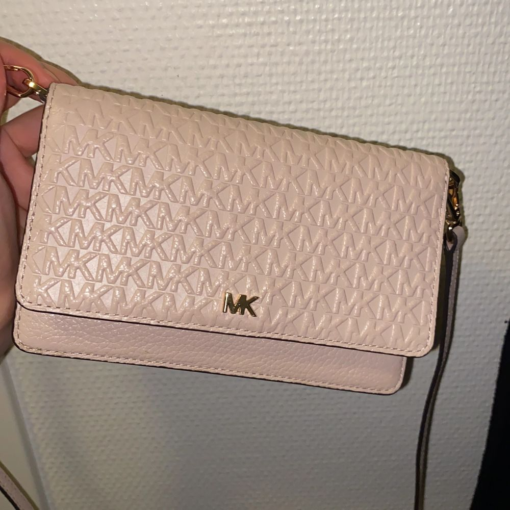 Kuvertväska som kan användas som plånbok. Avtagbar hängsel. . Väskor.