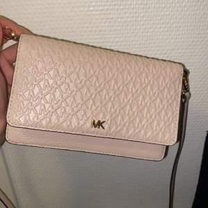 Kuvertväska som kan användas som plånbok. Avtagbar hängsel.