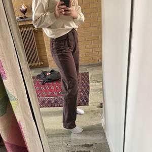 Ascoola bruna vintage jeans! Jag köpte dem här på Plick men tyvärr va de för långa för mig och därför säljer jag dom vidare💖 Andra och tredje bilden är lånade av tjejen jag köpte byxorna av, om ni vill ha fler bilder är det bara att fråga💕 Det verkar vara flera intresserade så buda från 200, höj med minst 10kr. Skriv alla bud i kommentarerna💕💕 (köparen står för frakten)💖