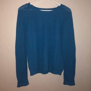 Säljer denna blåa stickade superfina tröja från size&needle i stl M men är ganska oversized men färgen är så snygg och cool. Används tyvärr inte längre