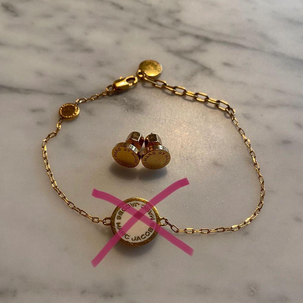 Örhängen och ett armband från Marc By Marc Jacobs. Båda två för 400kr annars 250kr styck. Nyskick! (Armbandet sålt). Accessoarer.