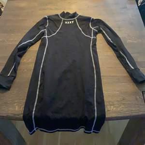 Super cool klänning som har design som underställ jättecool men tyvärr för lite för mig