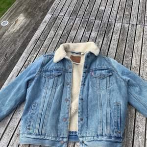 Varmare jeansjacka från Levis, storlek M, aldrig andvänd. Nypris: 1400 kr, mitt pris: 550 kr+frakt