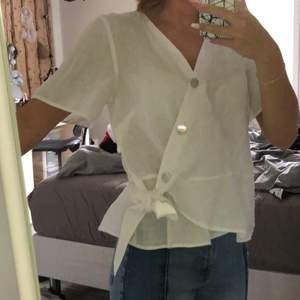 Jättefin vit blus om tyvärr är för stor för mig, men är liten i storlek, aldrig använd.