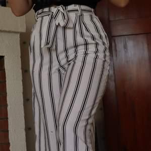 Snygga och framför allt sköna byxor som är perfekta till sommaren eller när som helst!! Köpta på newyorker. Det finns två fläckar på de vänstra benet som är synligt på fösta bilden, dock inget man tänker på engligt mig men där av billigt pris