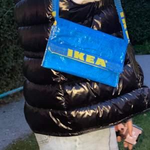 En IKEA axelväska gjort för hand sjukt trendig just nu, tog lång att göra så är osäker på om jag vill sälja den direkt. Om jag får bra bud säljer jag! (INTRESSEKOLL) ✨