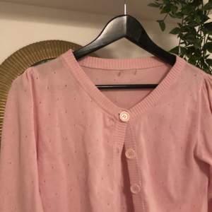 Super söt rosa kofta med små detaljhål och små söta fickor. Vet ej märket då den är inhandlad på second hand. Köparen står för frakt🥰
