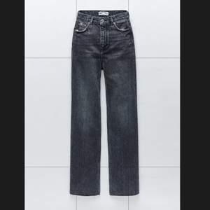 Säljer mina populära jeans från Zara i modellen full length 90s. Jag har de i storlek 36 , är 175 cm lång och de är långa på mig. Använda tre gånger bara. Säljer dem för 350 eller buda. Kan mötas i Stockholm annars står köpare för frakt. OBS: mina är mörkare än de på första och sista bilden. Skulle säga att mina är svarta med skifning i grått