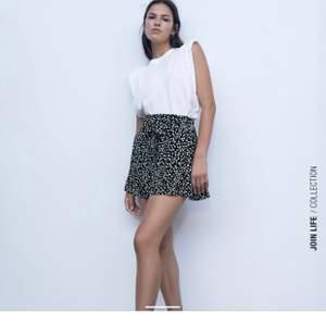 Kort kjol med byxor under från zara, köpt för 1 månad sedan för 299kr. Aldrig använd
