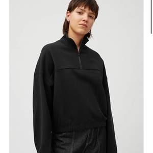 Svart zip up tröja i fleece material från Weekday, säljer pga att den har blivit för liten för mig. Frakt tillkommer 🦋