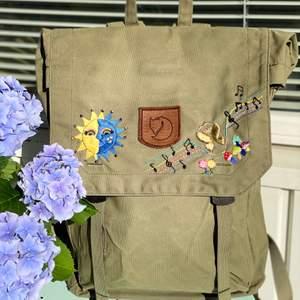 Hej! Jag säljer min jättefin ryggsäck, Fjällräven. ( 15 Tum ) Ny och handbroderad - handmade 🦋🌞✨ 1200kr + frakt ( 79kr )