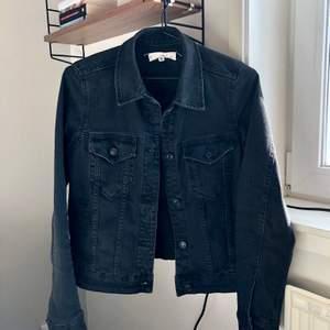 Svart jeansjacka från Mango. Storlek 36. Väldigt fint skick.