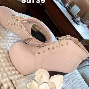 Säljer mina Liknande Jeffrey campbell skor då jag inte använder höga skor längre. Dem är i super fint skick!