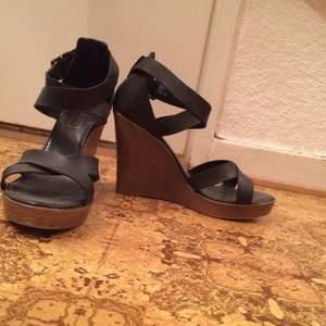 Kilklacksskor svarta. Träfärgad klack. Lätta att gå i. Använda 2 gånger. Inköpta på top shop.