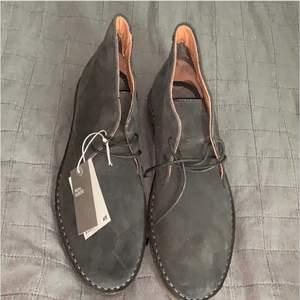 Skor från H&M i äkta mocca. Storlek 43.Aldrig använda.Prislappen sitter kvar på skorna.399 kr inklusive frakt!