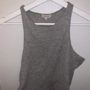 Ett grått croppat linne som jag använt ett år gånger men som nu bara legat oanvänd ett bra tag. Det är i bra skick och är i färger som är på första bilden.
