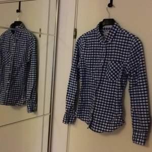 Snygg blåvit rutig skjorta från lager 157. Köpt på dam avdelningen. Säljer pga vuxit ur den. Ca 1 år gammal.