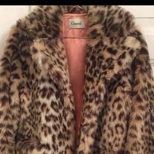 GANNI leopard pels.  Nypris 3500kr