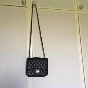 Väska köpt på Ur & Penn. I gott skick förutom att själva spännet börjat rosta (se andra bilden).  Pris kan diskuteras, köparen står för frakten!