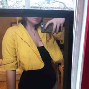 En gul croppad jacka i Manchesterimitation från hm. Storlek 38 men jag skulle säga 36 då den är aningen tajt i armarna på mig. Möts upp i Solna eller fraktar! Köparen står för frakten.