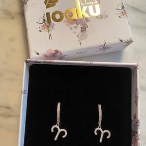 Helt nya örhängen från Ioaku i silver. Hänget är stjärntecknet vädur:) aldrig använda! Nypris 399kr, mitt pris 250kr