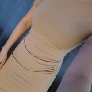 Beige ribbad klänning från boohoo. Storlek xs / s