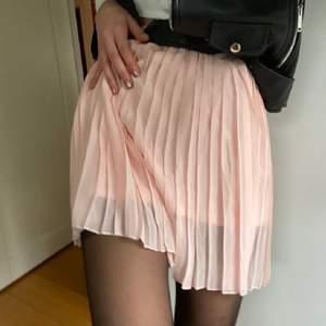 Jättefin rosa kjol från Na-Kd. Tyvärr kommer den ej till användning längre! Men den är så fin! Kan mötas i sthlm/annars står köparen för frakten!💕💕