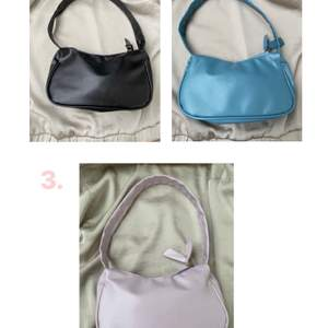Tre st olika handväskor! 💘De kostar 69kr ST samt 24kr frakt! Paketpris för alla tre är 190 + 24kr frakt! De rymmer med plånbok, nycklar, mobil, handsprit osv! 💜
