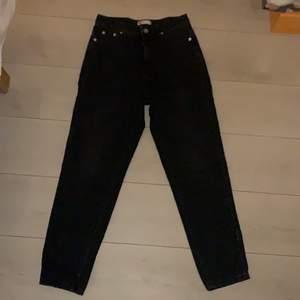 Mom jeans i stl 34. De är svart/gråa. Fint skick. Byxorna sitter jättefint på och är från ginatricot.