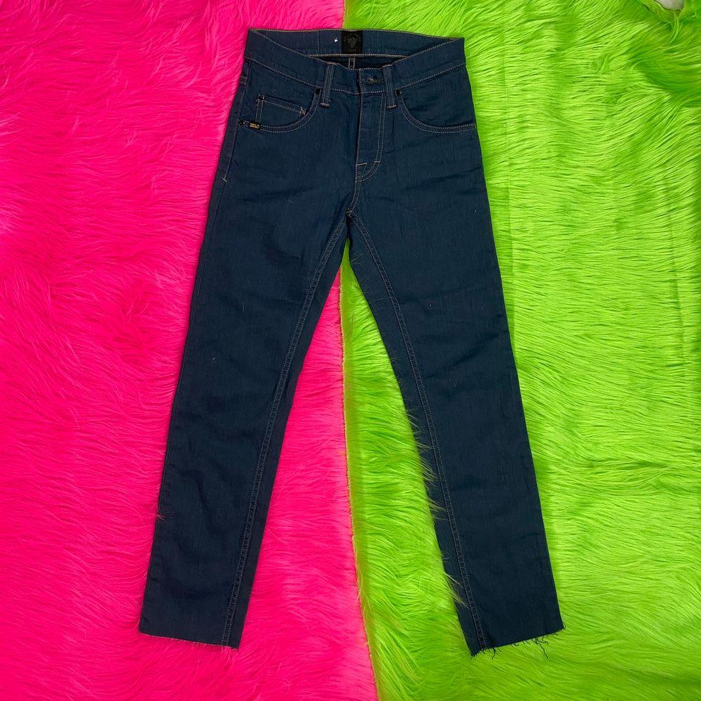 Supersnygga mörkblåa jeans från Tiger Of Sweden i nyskick. Försmå för mig. Modellen heter Style Iggy. Storlek 27/32. Mått rakt över midja 34cm. Innerbenslängd 73cm. SafePay knappen är aktiverad så det går att köpa direkt utan att behöva meddela! Tar annars swish! (Safepay tar 10% av betalningen och spårbar frakt på 66kr är inräknad i priset) Skriv gärna om du har eventuella frågor!. Jeans & Byxor.